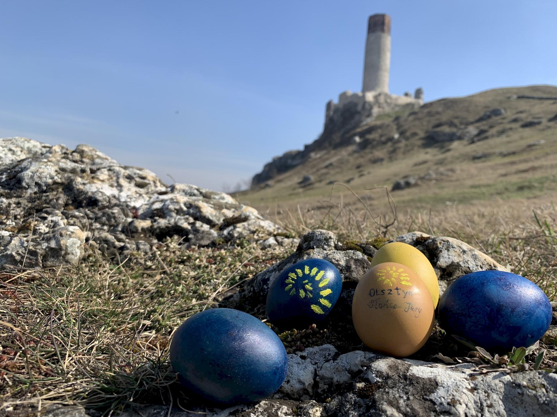 wielkanocne jajka z zamkiem w tle