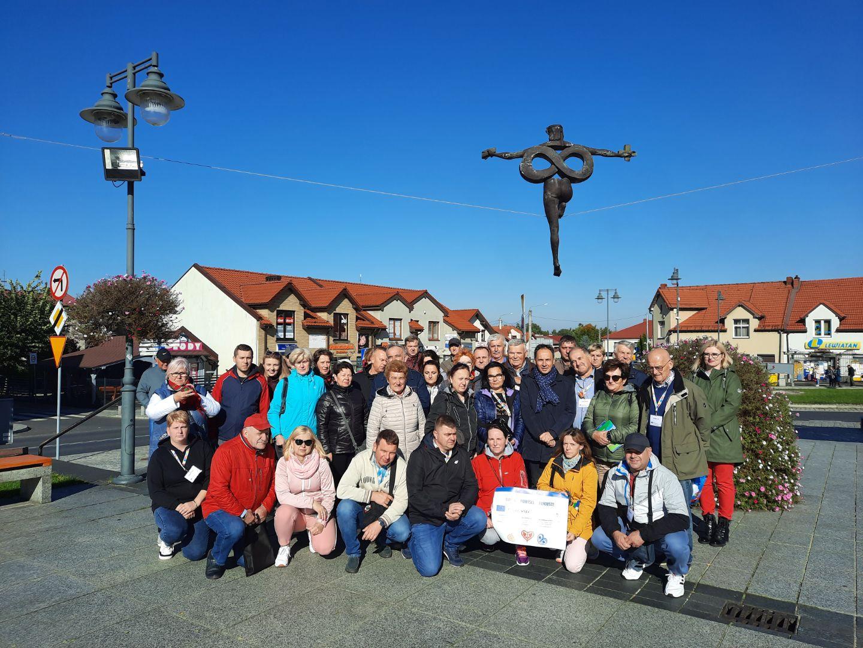 zdjęcie grupowe na rynku w olsztynie